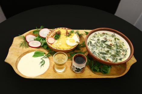 Zamă de leurdă cu cartofi  și Pături de mămăligă cu brânză și cârnați