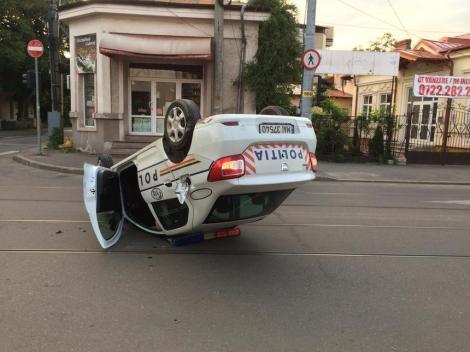 O mașină de poliție s-a răsturnat în Ploiești! Polițistul aflat la volan era băut – Foto