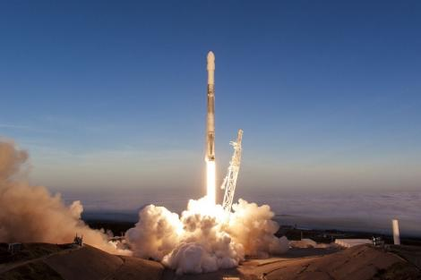 SpaceX a lansat primii 60 de sateliţi mici pentru noul serviciu de internet Starlink al lui Elon Musk
