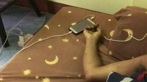 Un tânăr de 22 de ani a murit electrocutat în timpul somnului din cauza telefonului mobil