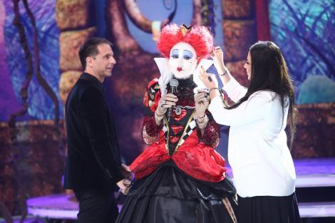 Scena Misterelor. Demascarea reginei de Cupă! Vedetele: E imposibil de recunoscut