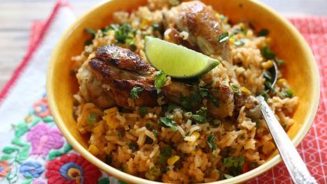 Pui cu orez mexican și chili, o rețetă gata în doar 20 de minute! Un deliciu pentru pasionații de mâncăruri picante