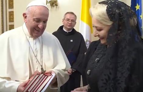 Papa Francisc s-a întâlnit cu Viorica Dăncilă! Primele imagini! Ce i-a spus și ce i-a dăruit Suveranului Pontif - Video