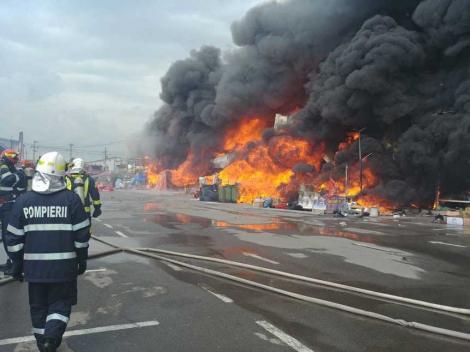 Incendiul de la Afumaţi: Operaţiunile de stingere a focarelor din interior au continuat pe parcursul nopţii; mai acţionează patru autospeciale