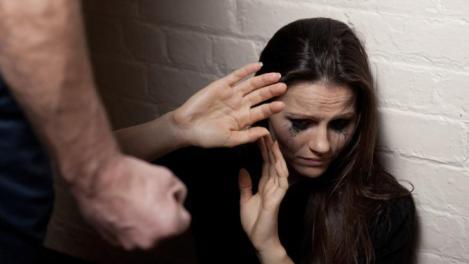 Mama a două fetițe, bătută crunt de iubitul agresiv și amenințată cu moartea! Totul s-a petrecut sub ochii copilelor