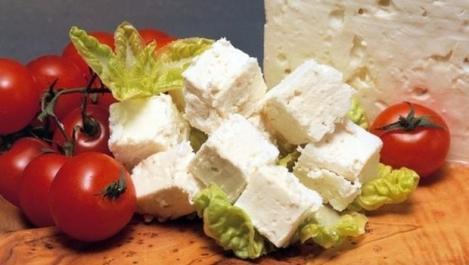 Medicii avertizează asupra pericolului atunci când mâncăm roșii cu brânză. Gustarea preferată a românilor le afectează sănătatea