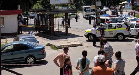 Un şofer a intrat cu maşina în mulţimea dintr-o staţie de autobuze din Chişinău! Un bărbat a murit pe loc, iar alte două persoane au murit