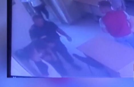 Video. Un elev este bătut de un jandarm la un liceu din Giurgiu. Ce i-a spus adolescentul înainte de scandal!