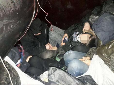 11 turci care încercau să iasă din ţară ascunşi în remorca unui camion, prinşi de poliţiştii de frontieră. Video