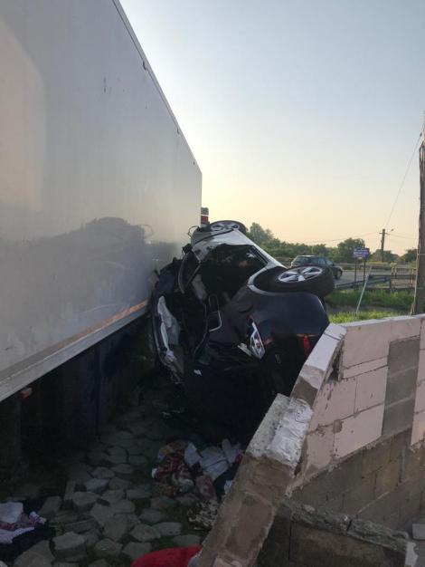 Bacău: Un mort şi doi răniţi, după ce o maşina a intrat într-un TIR, pe DN 2. Accidentul s-ar fi produs pe fondul oboselii la volan