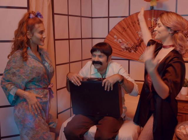 Mia și Tatiana l-au făcut K.O. Profesorul de dezvoltare personală leşină în salonul de masaj erotic