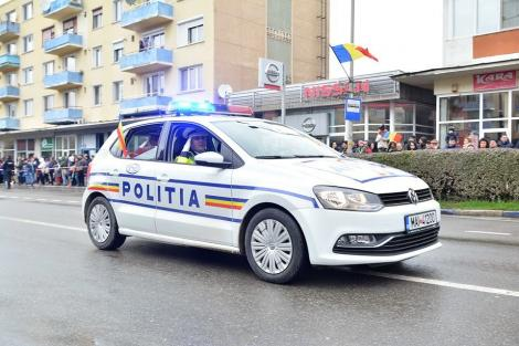 Tineri reținuți după ce ar fi furat un terminal de plăţi din scara unui bloc din București