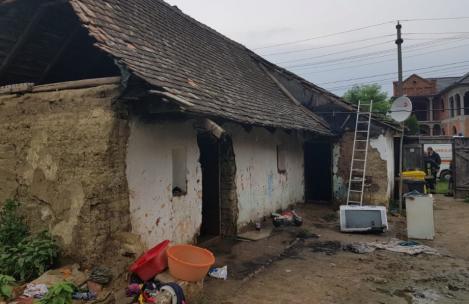 O fetiță de doi ani, în stare gravă, după ce s-a jucat cu focul cu frații ei! Camera în care se aflau a fost cuprinsă de flăcări