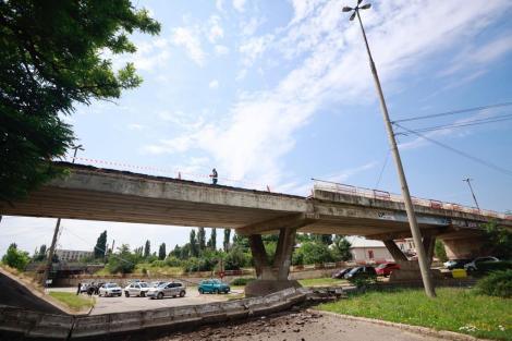 O bucată dintr-un pod care supratraversează o şosea din municipiul Buzău s-a prăbuşit. Nu sunt victime