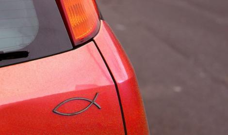 Semnificația simbolului pe care îl vezi pe multe mașini