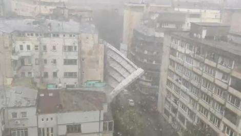 Momentul în care o schelă de bloc s-a prăbușit în București, din pricina vântului puternic