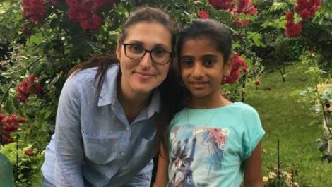 Sorina, fetița luată cu forța de lângă asistenții maternali, a ajuns la familia adoptivă! Primele imagini alături de noii părinți