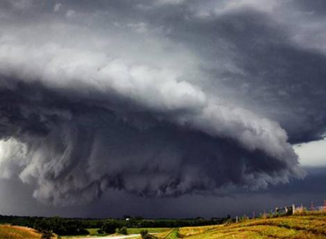 România, lovită de furtuni! Meteorologii anunță cod portocaliu și cod galben de ploi torențiale, grindină și vijelii