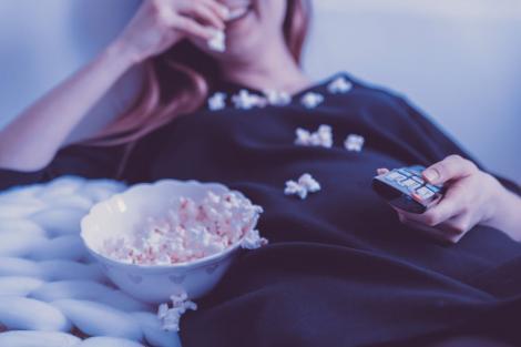 Mănânci în fața televizorului? Află pericolele la care te expui!