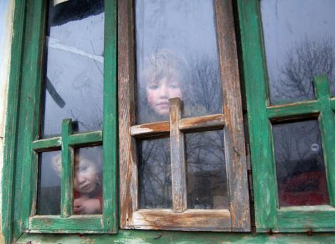Un copil de trei ani a condus doi polițiști către casa lui. Ce au văzut agenții acolo este înfiorător