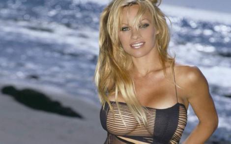 """Pamela Anderson are inima frântă, la 51 de ani! Cum a umilit-o iubitul ei cu aproape 20 de ani mai tânăr. """"Este un monstru mincinos"""" – Foto"""