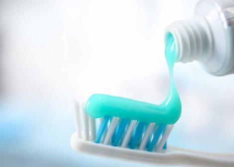 Întrebuințările nebănuite ale pastei de dinți. Iată unde o mai poți folosi