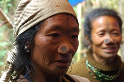 Tribul în care femeile sunt tatuate și poartă dopuri în nas de la o vârstă fragedă