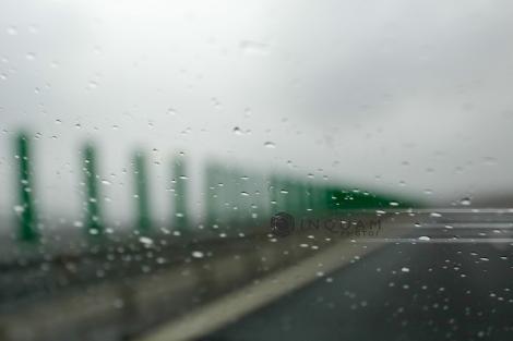 Plouă torenţial pe Autostrada Bucureşti – Piteşti, vizibilitatea fiind scăzută. Există risc de acvaplanare