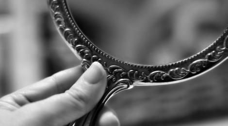 Privitul  excesiv în oglindă cauzează depresie si anxietate