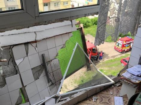 Explozie într-un bloc din județul Cluj. Un bătrân a ajuns la spital cu arsuri grave - Foto
