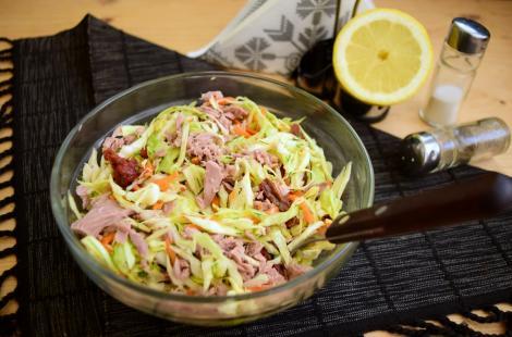Ce mai pregătim vara, rapid, gustos și hrănitor. Salată de varză cu morcovi și ton.