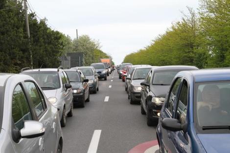 Valori crescute de trafic pe Valea Prahovei. Autovehiculele circulă în coloană la Comarnic şi Buşteni