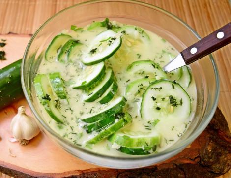 Cea mai simplă, răcoroasă și hidratantă salată de vară! Salată de castraveți cu usturoi.