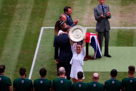 """Simona Halep a prezentat trofeul fanilor de la Wimbledon. Kate Middleton: """"Ai jucat extraordinar, a fost un meci minunat"""""""