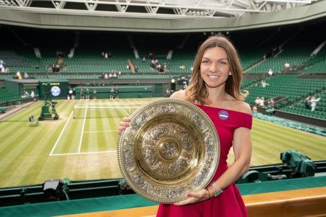 Simona Halep după şedinţa foto cu trofeul de la Wimbledon: Pozând cu noul meu cel mai bun prieten la noul meu club