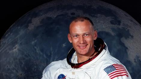 """Apollo 11: """"Hei Houston avem ceva în mișcare lângă noi și nu știm ce poate fi, ne puteți spune ce este?"""". Buzz Aldrin ar fi văzut un OZN pe Lună"""
