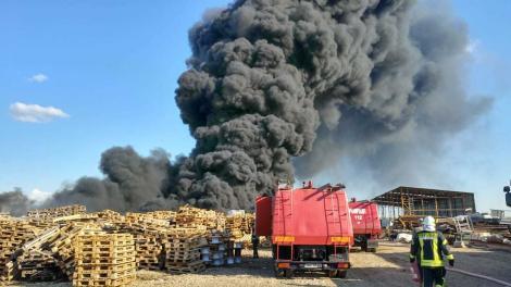 Bihor: incendiul a fost stins. 60 de pompieri cu zece autospeciale  au intervenit pentru a stinge focul