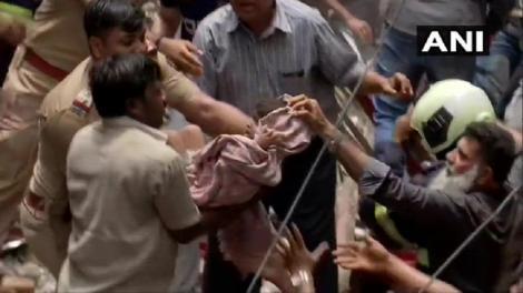 Dezastru în India. Trei persoane au murit şi cel puţin 30 sunt prinse sub dărâmături în urma prăbuşirii unei clădiri în Mumbai