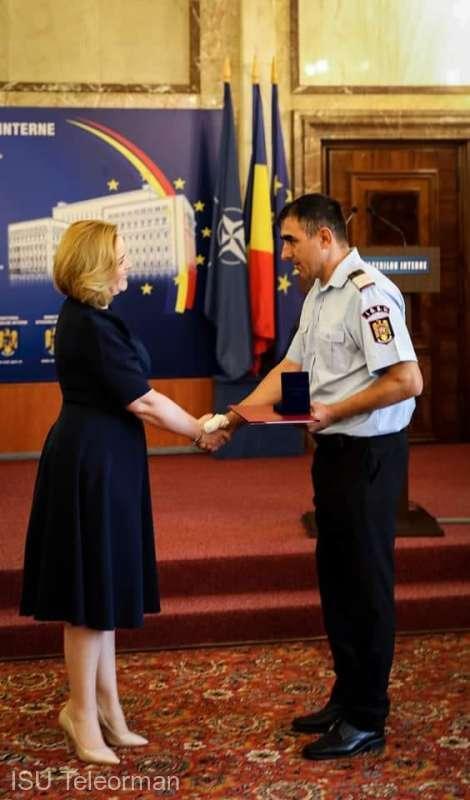 Un pompier din Turnu Măgurele a primit emblema de onoare a MAI