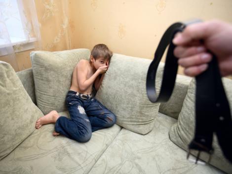 Oficial. Părinții din România își pot lovi copiii. SIngura condiție e să n-o facă prea des!!!