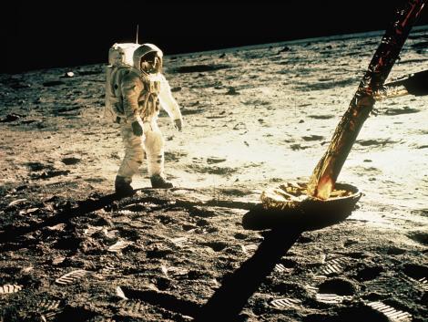 """România a primit cadou două """"bucăți de Lună"""". După Revoluție, una a dispărut fără urmă! Un agent special NASA promite să o găsească"""
