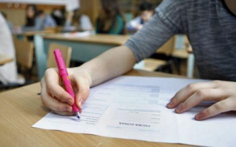 Examenul de Bacalaureat a început cu subiecte greșite. Elevii unui liceu din Blaj au avut foile anulate de două ori, din cauza unei erori
