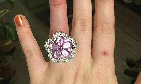 """S-a lăudat că inelul ei costă cât o casă, dar i-a scăpat un detaliu crucial! Oamenii au taxat-o imediat: """"Cred că ai o reacție alergică la hidoșenia aia"""""""
