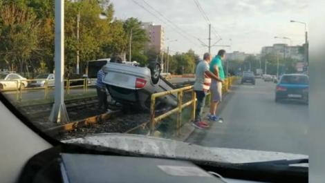 Carambol în Drumul Taberei. Una dintre mașinile implicate a rupt gardul și s-a răsturnat pe linia tramvaiului 41