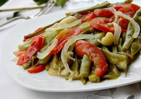 Mâncare de fasole verde cu ceapă și roșii. Rețetă inspirată din bucătăria turcească