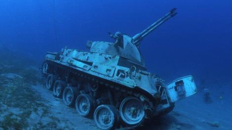 Un muzeu subacvatic a fost inaugurat în Iordania. Vehiculele militare imită o formație de luptă