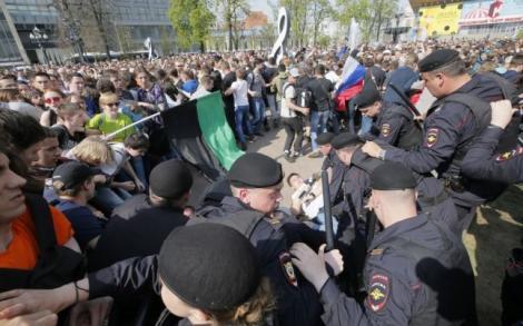 Opoziţia din Rusia face apel la noi proteste, la o zi după ce peste 1.300 de persoane au fost reţinute