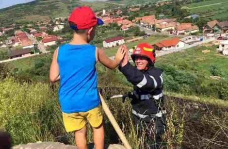 FOTO! Un băiețel le-a mulțimit pompierilor din Alba, după ce au stins un incendiu din localitatea lui