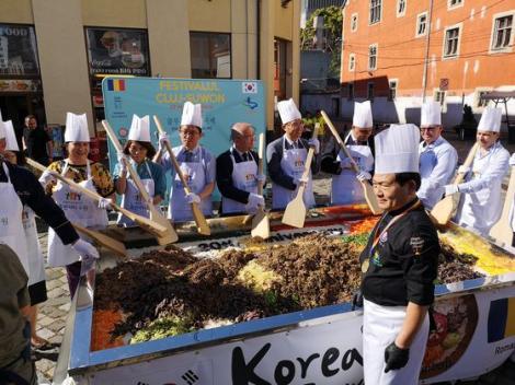 Emil Boc şi ambasadorul Coreei de Sud au gătit mâncare coreeană