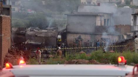 17 persoane au fost ucise după ce un avion militar s-a prăbușit într-un cartier rezidențial din Pakistan